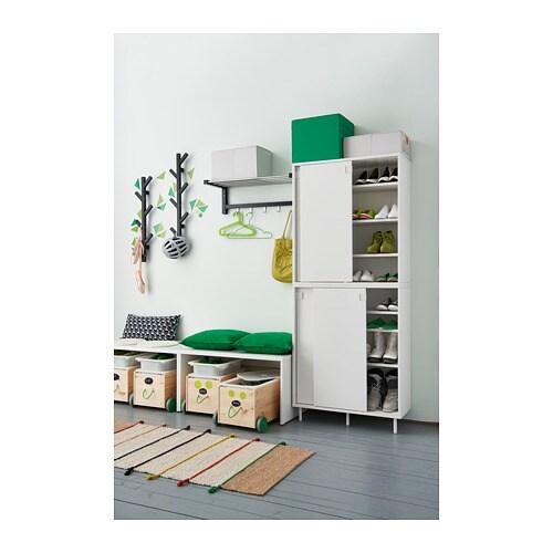 MACKAPÄR 마카페르 신발장 IKEA 수납공간이 더 필요하다면, 첫 번째 수납장 위에 추가로 설치해보세요. 보관하고자 하는 신발 크기에 맞게 선반을 평평하게 또는 기울여서 설치할 수 있습니다. 작은 공간에서는 미닫이도어로 공간을 절약해보세요.