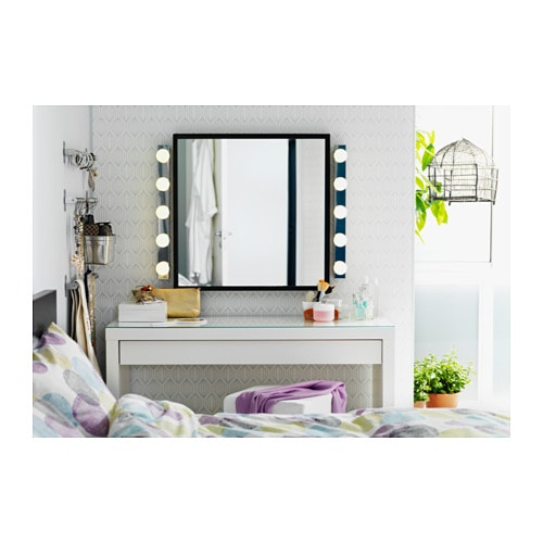 MALM 말름 화장대 IKEA 펠트를 두른 서랍에 화장품이나 액세서리 등을 담아두세요. 내구성이 뛰어난 유리상판을 사용하여 오염물질이나 얼룩이 쉽게 잘 닦입니다. 마음에 드는 크기와 스타일의 벽/탁상 거울과 함께 사용하세요.