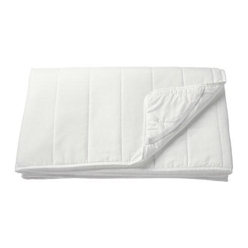 NATTLIG 나틀리그 매트리스방수패드 IKEA 방수 소재의 안감을 사용하여 매트리스를 더욱 깨끗하게 사용할 수 있습니다. 각 모서리에 고무밴드가 있어 매트리스 패드가 움직이지 않게 고정할 수 있습니다. 쉽게 벗겨서 세탁할 수 있어요.
