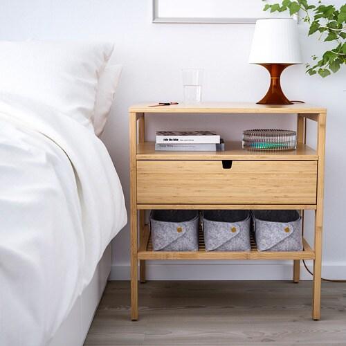 NORDKISA 노르드키사 침대협탁 IKEA 이 서랍은 양쪽에서 접근할 수 있습니다. 여러 개의 침대협탁을 서로 나란히 붙여서 실내칸막이나 수납콤비네이션을 만들 수 있습니다. 서랍의 어느 쪽으로든 손잡이를 통해 케이블을 빼낼 수 있어 케이블 관리가 쉽습니다.