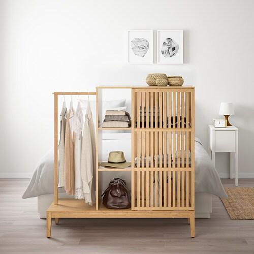 NORDKISA 노르드키사 오픈형 옷장+미닫이도어 IKEA 이 다용도의 옷장은 벽면에 세워두거나 침대 끝에 배치하거나 실내칸막이로 사용할 수 있습니다. 다양한 기능을 갖추고 있으며 책, 담요 또는 장식용품 등의 생활용품이나 옷을 보관하는 데 사용할 수 있습니다.