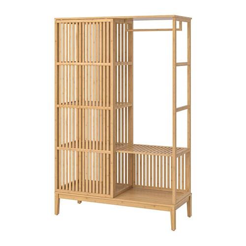 NORDKISA 노르드키사 오픈형 옷장+미닫이도어 IKEA 옷장의 짧은 쪽 중 하나를 벽에 붙여서 실내칸막이를 만들 수 있습니다. 이 옷장은 한쪽에는 고정형 벽이 있고 다른 한쪽에는 미닫이도어가 달려 있어 열어둔 상태로도 사생활이 보호됩니다.