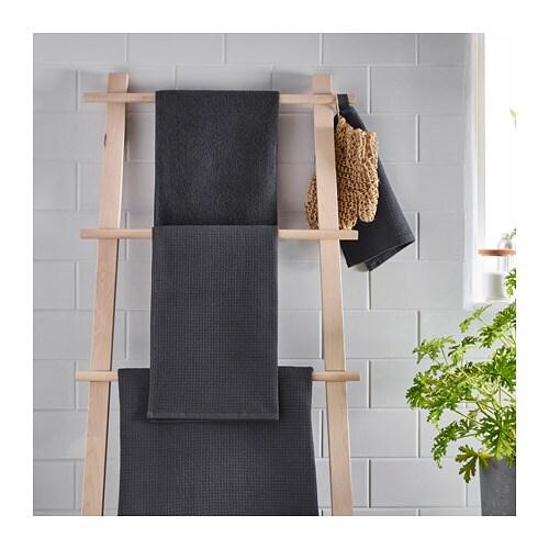 SALVIKEN 살비켄 수건M IKEA 부드러운 테리 소재와 근사한 와플 구조로 양면을 디자인해 서로 다른 질감을 더한 타월입니다. 중간 두께의 테리 타월로 부드럽고 흡수력이 매우 좋습니다 (중량 500 g/m²). 흡수력 좋고 부드러운 면 소재의 수건.