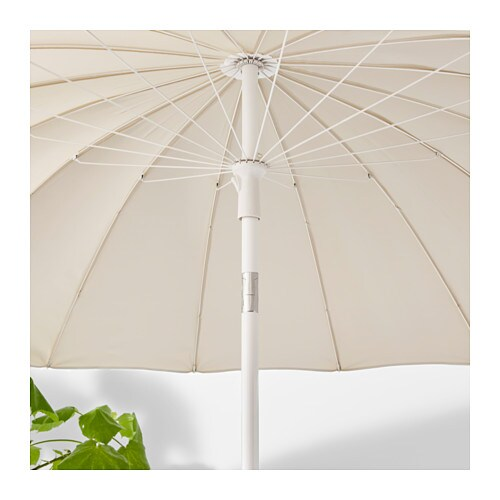 SAMSÖ 삼쇠 파라솔+받침 IKEA 자외선 차단 효과가 매우 좋은 UPF(자외선차단지수) 25+ 제품으로 자외선 96%를 차단해줍니다. 옆으로 기울일 수도 있어서 하루 종일 완벽하게 햇빛을 차단할 수 있습니다. 공간에 맞춰 파라솔의 높이를 조절할 수 있습니다.