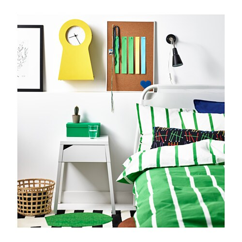 SELJE 셀리에 침대협탁 IKEA 서랍 안에 충전기용 멀티탭을 넣어둘 수 있습니다. 서랍 뒷면과 백패널 사이로 전선을 통과시킬 수 있습니다.