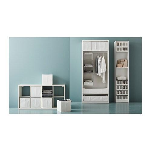 SKUBB 스쿠브 수납함 IKEA 손잡이가 있어서 쉽게 꺼낼 수 있습니다. 폭 100cm 옷장 프레임 안에 박스 3개를 모두 나란히 넣을 수 있습니다. 박스가 필요없어지고 공간을 절약하고 싶으면, 박스 밑면 지퍼를 열어 납작하게 접어 보관할 수 있습니다.
