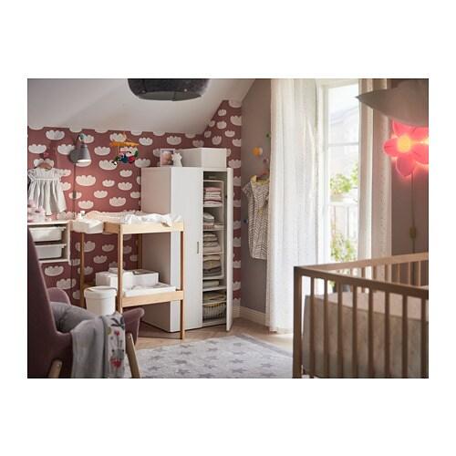 SNIGLAR 스니글라르 기저귀교환대 IKEA 편안한 높이에서 기저귀를 갈 수 있습니다. 손이 잘 닿는 곳에 수납공간이 있어서 언제나 한 손으로는 아기를 붙잡고 있을 수 있어요.