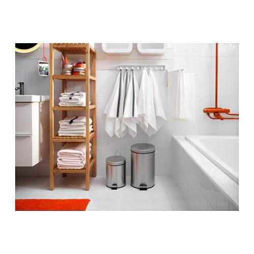 STRAPATS 스트라팟스 페달휴지통 IKEA 뒤쪽에 손잡이가 있어서 쉽게 들고 옮길 수 있습니다. 안쪽의 통이 분리되어 쉽게 비우고 세척할 수 있습니다. 주방이나 욕실처럼 물기가 있는 공간뿐만 아니라 집안 어디에서나 사용할 수 있습니다.