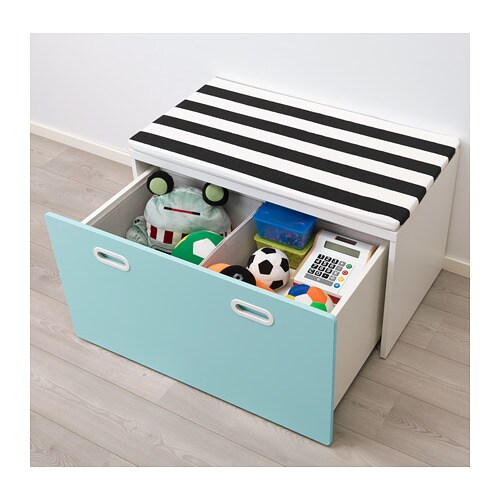 STUVA / FRITIDS 벤치+장난감수납 IKEA 어린아이들의 키에 맞는 높이여서 혼자 힘으로 물건을 꺼내고 정리할 수 있습니다. 그 위에 앉아 책을 읽기에도 좋습니다. 바퀴와 손잡이가 달려 있어서 수납함을 간편하게 꺼내고 다시 밀어 넣을 수 있습니다.