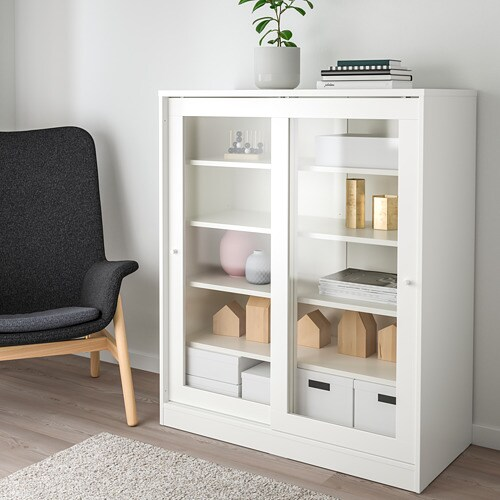 SYVDE 쉬브데 유리도어 수납장 IKEA 유리도어 제품은 내용물이 잘 보이고 먼지도 쌓이지 않습니다. 미닫이도어는 열었을 때 공간을 차지하지 않기 때문에 가구를 더 많이 놓을 수 있습니다. 선반의 높이와 간격을 조절하여 나에게 꼭 맞는 수납공간을 만들 수 있습니다.