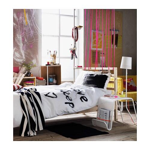 TARVA 타르바 침대프레임 IKEA 원목은 튼튼하고 따뜻한 느낌을 줍니다. 무가공 원목에 오일이나 왁스, 래커, 스테인 처리를 해주면 더욱 오랫동안 편하게 사용할 수 있습니다. 접착목 갈빗살 17개가 체중에 따라 몸을 받쳐주고 매트리스의 탄성을 살려줍니다.