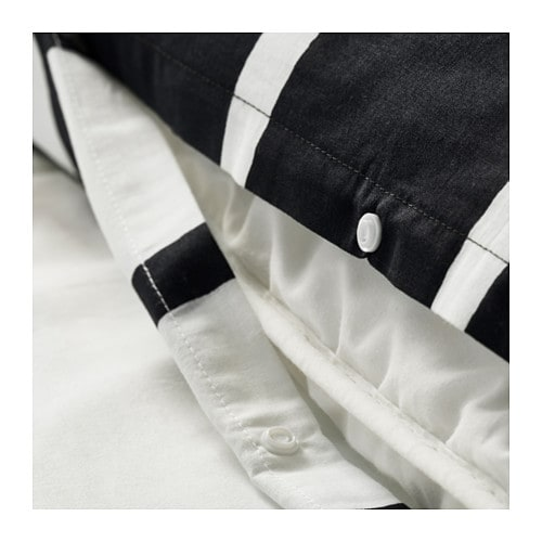 TUVBRÄCKA 투브브레카 이불커버+베개커버2 IKEA 디자이너가 직접 패턴을 그려서 자세히 보면 스트라이프가 완전한 직선이 아닙니다. 커버 양면의 색상이 달라서 쉽게 침실 분위기를 바꿀 수 있습니다. 똑딱이 단추가 있어서 이불이 밀리지 않습니다.