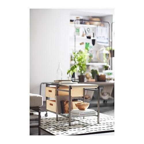 VEBERÖD 베베뢰드 벤치 IKEA 벤치에 쿠션을 깔아두어 통화하거나 신발을 신을 때 편안히 앉아보세요. 우리 집 인테리어에 꼭 맞는 위치에 수납공간을 배치하세요.
