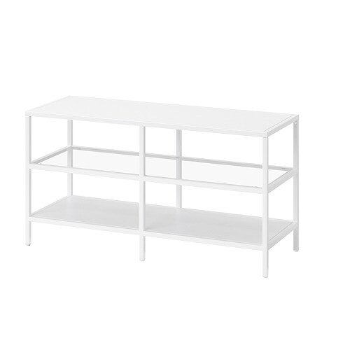 VITTSJÖ 빗셰 TV장식장 IKEA 강화유리와 메탈 소재를 사용하여 내구성이 뛰어나며 시원하고 가벼운 느낌을 줍니다. 오픈 선반 2개에는 DVD 플레이어 등을 올려놓으세요. 접착식 클립이 있어서 전선을 깔끔하게 정리할 수 있습니다.