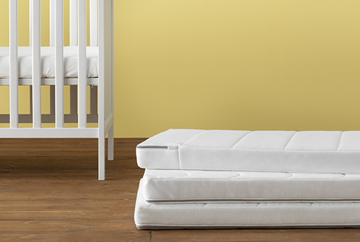 The KRUMELUR cot mattresses are thick and have two different surfaces ‒ one wavy side with medium-firm comfort and one smooth side which is firmer.