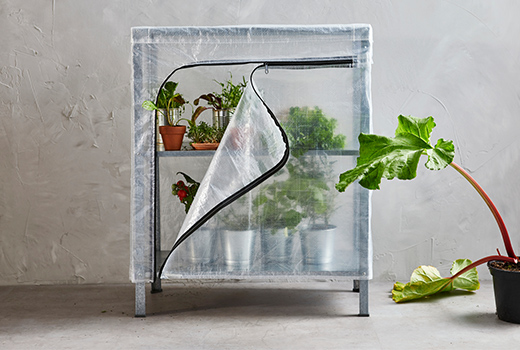 This version of the HYLLIS shelving unit has a structure in galvanised steel and a transparent cover with zipper.