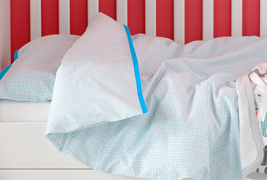 KLÄMMMIG is a set of quilt cover and pillowcase for cots with a finely chequered turquoise pattern.