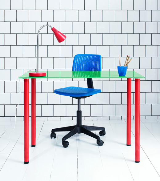 Blue ALRIK swivel chair and green VIKA GLASHOLM tabletop with red legs.