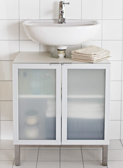 Wash-basin cabinet with 2 doors underneath a ceramic wash-basin
