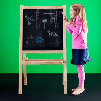 Girl drawing on MÅLA easel with blackboard