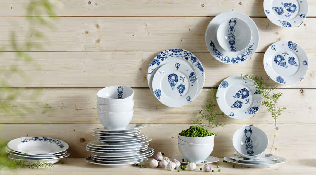 Bowls and plates in white feldspar porcelain with a blue pattern