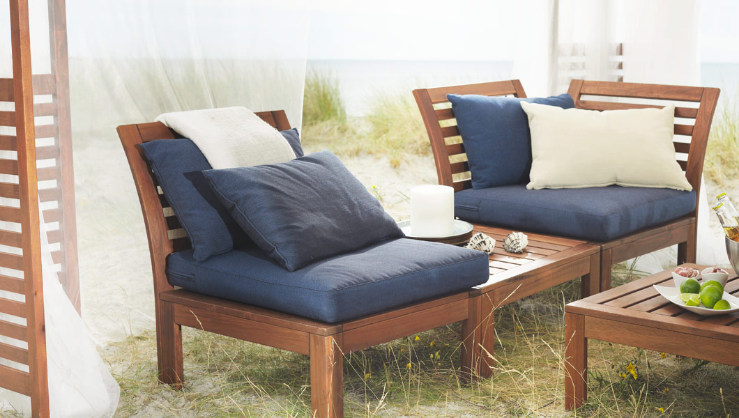 ÄPPLARÖ acacia outdoor furniture placed in sand dunes