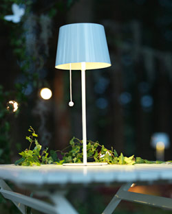 SOLVINDEN solar-powered table lamp in white