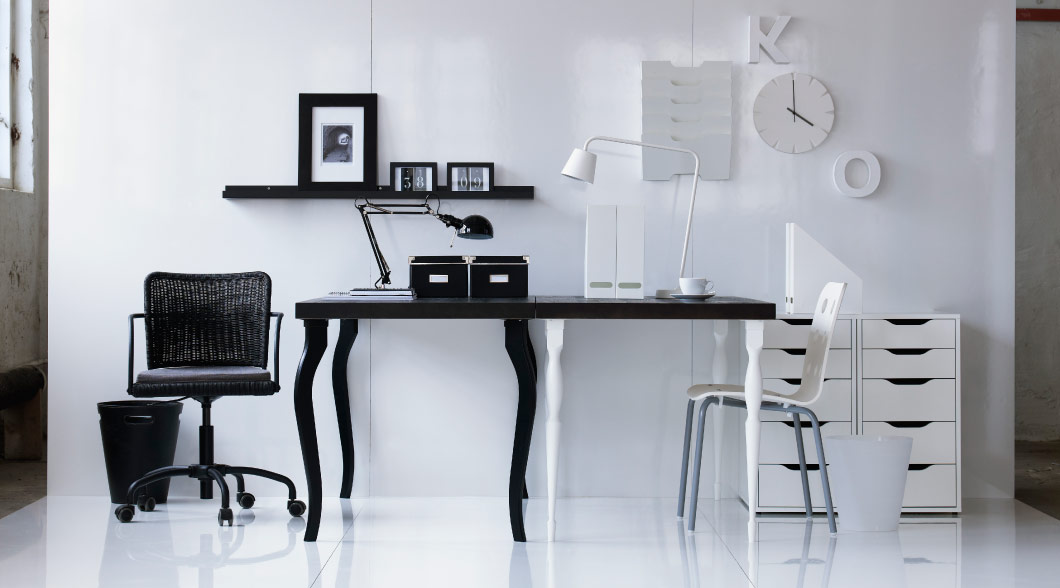 Black and white desks and work chairs as a combined solution