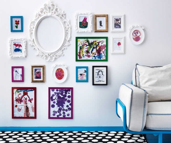 Display of picture frames in different sizes and colours