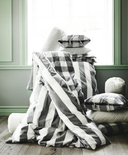 Display of striped/checkered quilt covers and pillowcases in grey/white