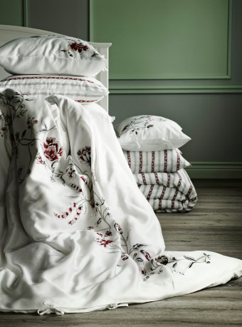 Display of quilt covers and pillowcases with floral pattern or striped pattern
