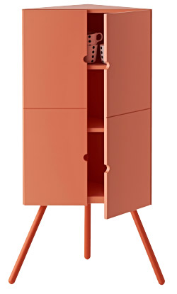 Armoire d'angle IKEA PS 2014 contenant des chopes
