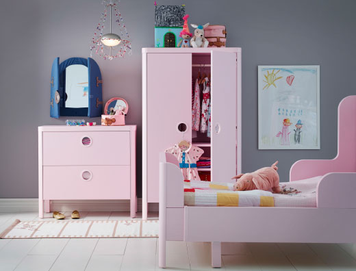 A kids' bedroom with BUSUNGE wardrobe, chest of drawers and bed in pink