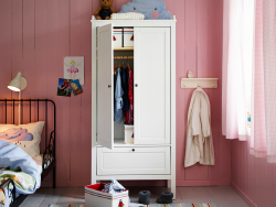 A pink kids' bedroom with SUNDVIK wardrobe in white and white PYSSLING storage boxes