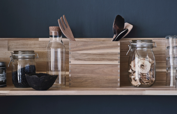 A box in solid acacia filled with kitchen utensils in solid wood.