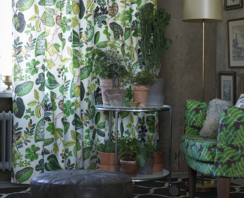 Green patterend SYSSAN curtains in a livingroom setting.
