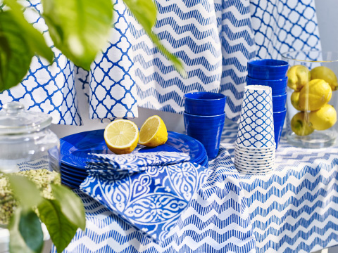 A table with SOMMAR 2016 dinnerware and textiles in blue and white