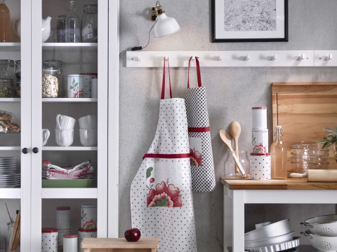 INBJUDANDE aprons hanging on a rack with hooks