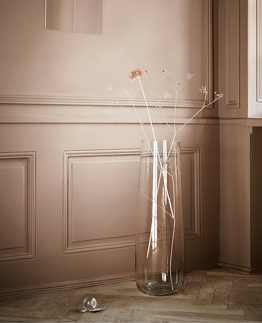 A floor vase in mouth-blown clear glass with dried flowers.