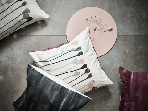 Cushion covers in 100% cotton with a pink/beige or grey/beige pattern that is inspired by flowers. And with a backside in solid wine-red or grey.