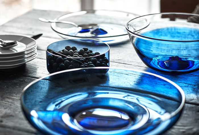 Gunnel Sahlin, designer of the glassware line from the STOCKHOLM 2017 collection, says that her products are beautiful to look at as well as made to be used. Serving bowls and plates are made of blue glass and have a heavy bottom that makes them sturdy.
