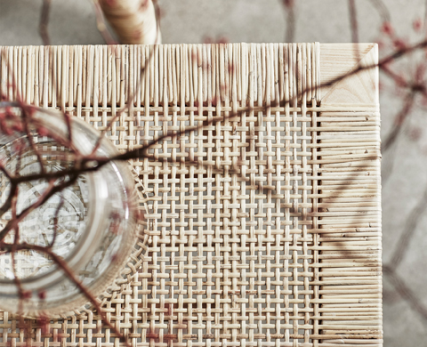 The high quality of all the products from the STOCKHOLM 2017 collection is present in every detail. Simply from the touch of it, you can tell that the rattan of this coffee table has been braided by expert hands.