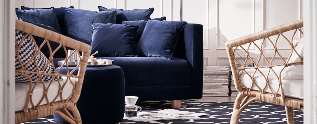 Bring the elegance of natural materials to your living room with the STOCKHOLM 2017 collection. Match a two-seat sofa with a dark blue velvet cover and lots of cushions together with a coordinated pouffe and two rattan armchairs.