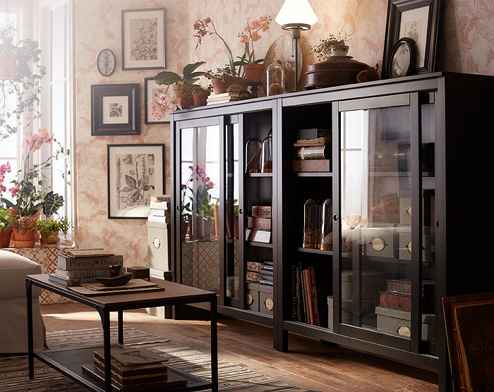 This traditional, black-brown HEMNES cabinet in solid wood with sliding glass doors, displays and protects your most treasured belongings. It adds a vintage atmosphere to any room and will age beautifully, so you can enjoy it for many years to come.