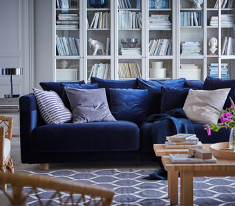 High quality in every detail, big seat cushions, lots of pillows and a velvet cover – the dark blue three-seat STOCKHOLM sofa is indeed generous, in many different ways. The armrest protectors are removable and washable.