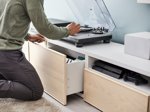 Organise, hide cables and create a clutter-free living room with our modern white and ash veneer TV stands BESTÅ. Your films, music and games will be both easy to find and protected from dust by the soft opening drawers with integrated push-openers.
