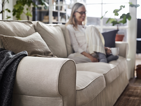 Strong seams, changeable covers and back cushions you can flip – this EKTORP three-seat sofa is made to keep you comfortable for many years to come. The cover is easy to keep clean as it is removable and can be machine washed.