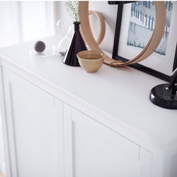 The white HEMNES cabinet in solid wood creates an atmosphere of light and tranquility. The cabinet top is the perfect place for displaying decorative objects.
