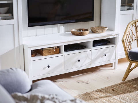 The white HEMNES TV bench in solid wood stores your various TV and digital media devices – all beautifully wrapped in classical style.
