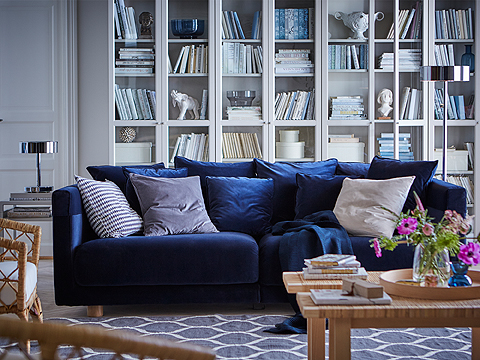 High quality in every detail, big seat cushions, lots of pillows and a soft and luxurious velvet cover – the dark blue three-seat STOCKHOLM sofa is indeed generous, in many different ways. The armrest protectors are removable and washable.